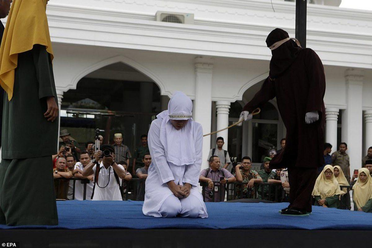 Azotes públicos: una mujer que violó la ley de la Sharia se enfrenta a un castigo por latigazos públicos