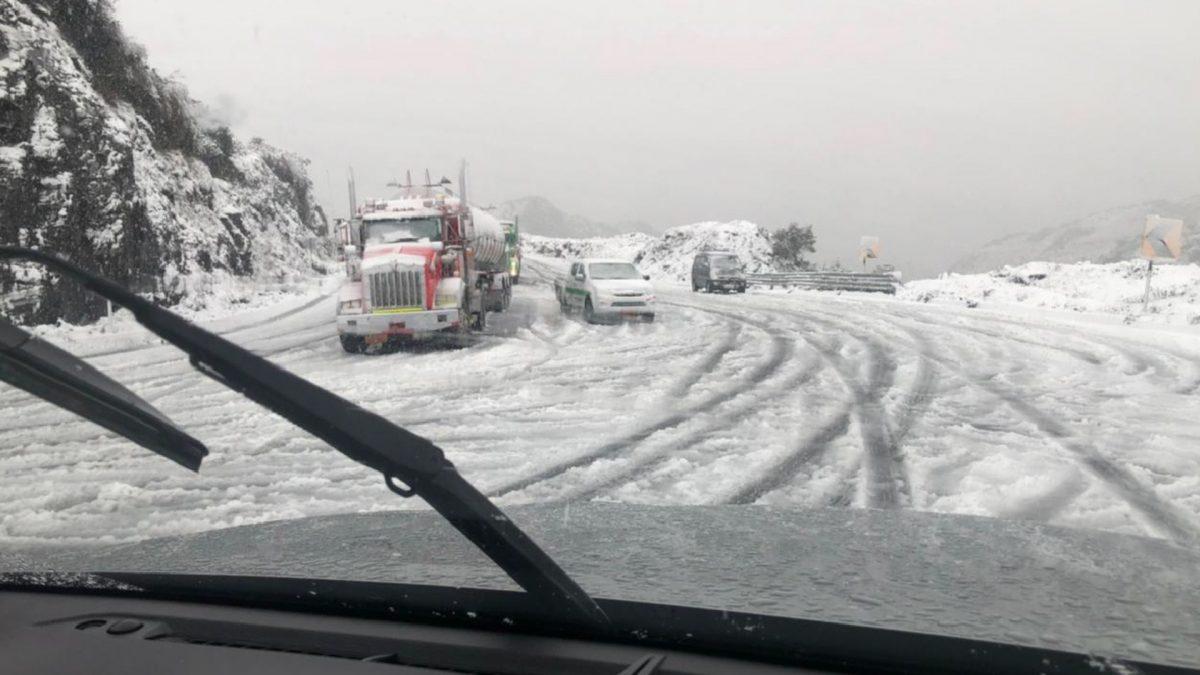 En imágenes se muestra una capa de nieve y hielo sobre la carretera. Foto: cortesía.