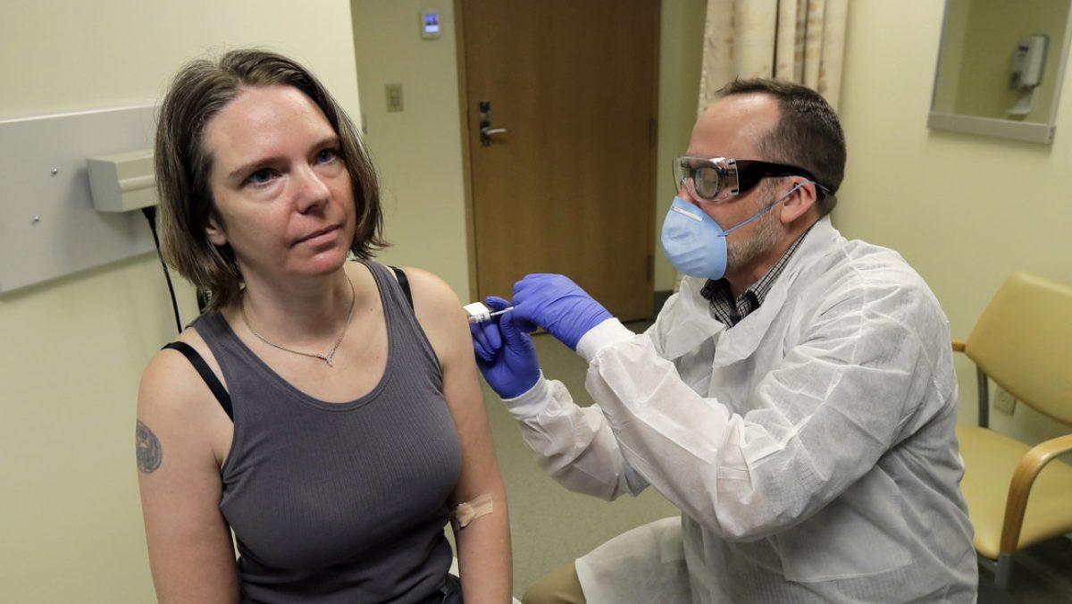 Un farmacéutico aplica a Jennifer Haller la primera dosis de la vacuna experimental contra el covid-19, la enfermedad causada por el nuevo coronavirus, Seattle (EE.UU.), el 16 de marzo de 2020.
