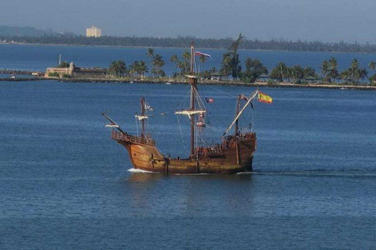 Fotografía de la replica de la nao Santa María en su ingreso hoy al puerto de San Juan (Puerto Rico). (Jorge MuÑiz / EFE)