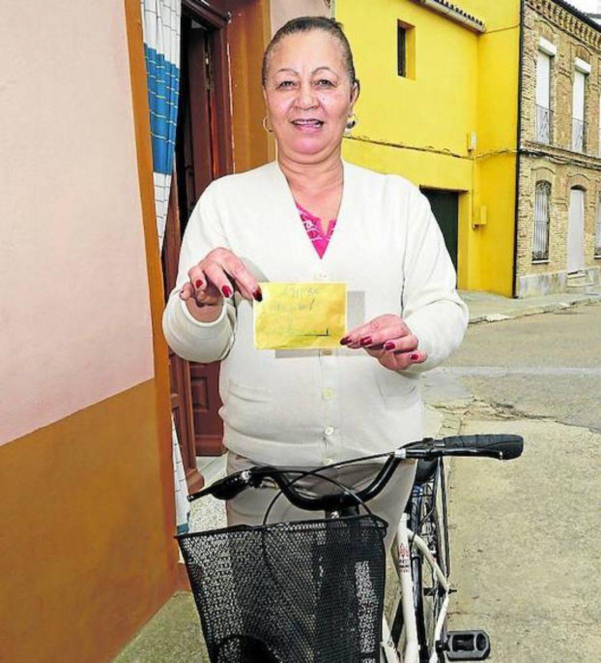 Le dejaron el sobre con dinero en la canasta de su bicicleta (Vía Antonio Quintero / elcorreo.com).